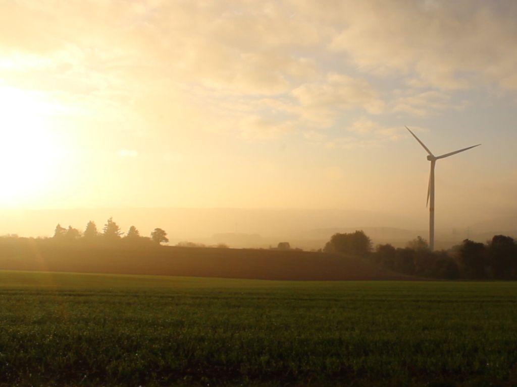 Windrad der Energiegewinner eG in Olsdorf bei Sonnenaufgang