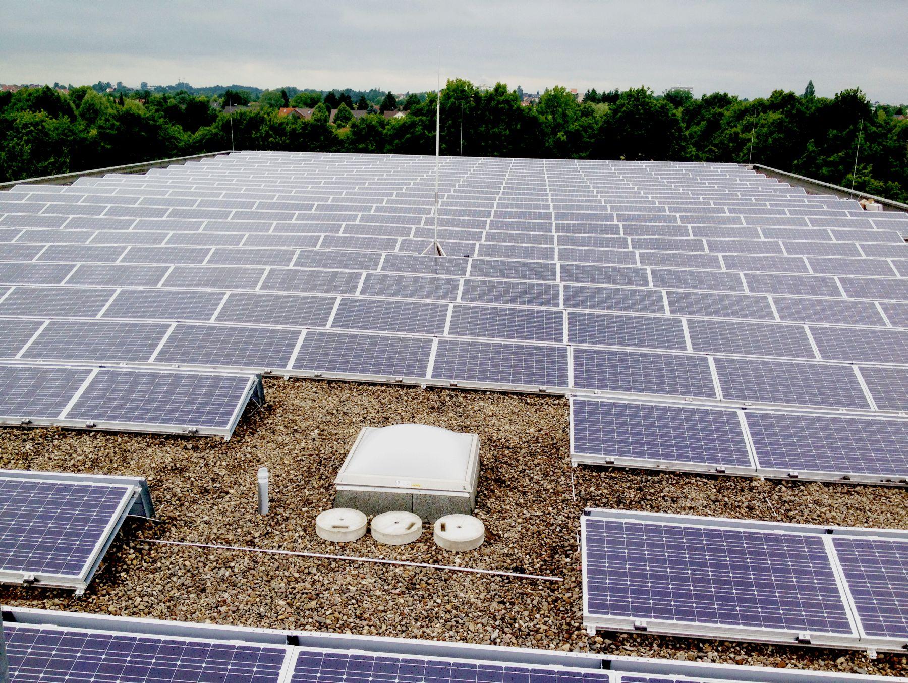 Solaranlage auf dem Dach der Sporthalle Hannover-Badenstedt