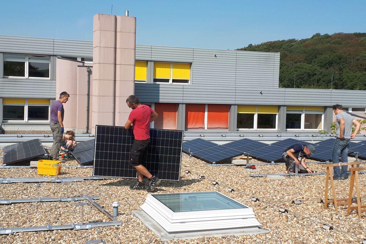 Mitmach-PV: Mitglieder der BEG 58 bauen eine Solaranlage auf. Bild: BEG 58